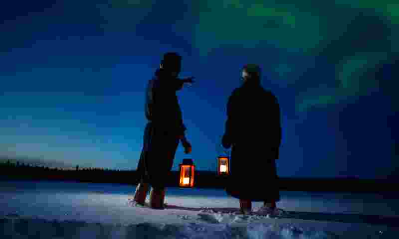 ruka-yhteismarkkinointi-two-men-watching-the-night-sky-hor.jpg