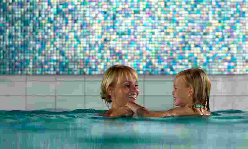 naantali-mother-andf-daughter-in-spa-hor.jpg